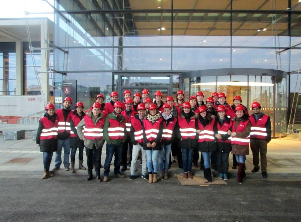 Fabrice met medestudenten bij het toekomstige Brandenburger vliegveld