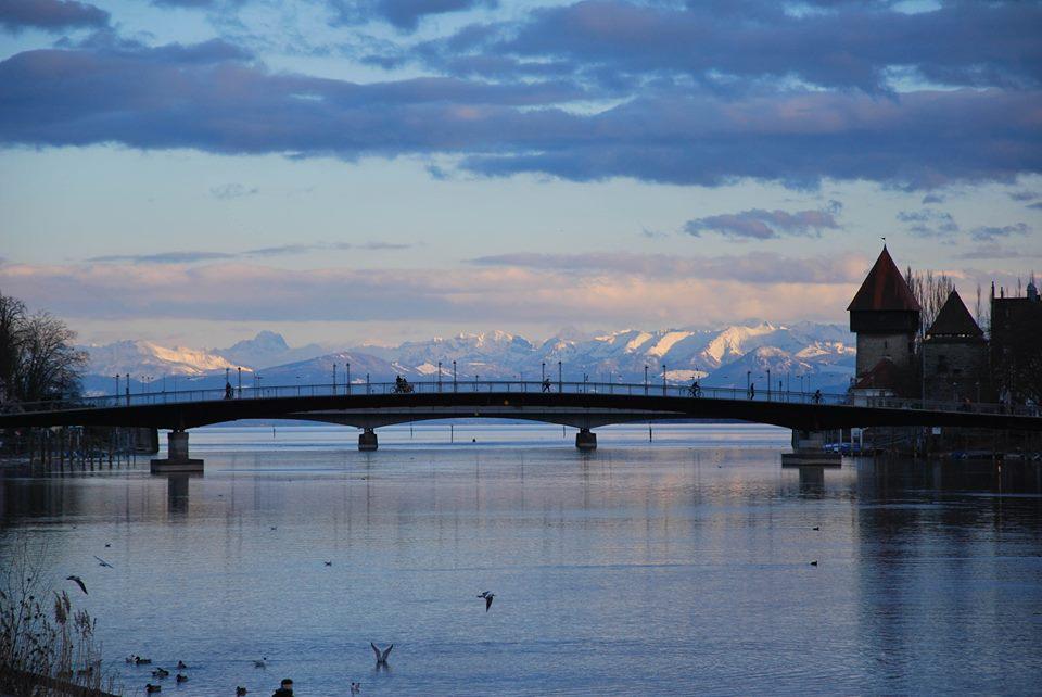 Fahrradbrücke in Konstanz met daarachter de Alpen © Guido Keijzer
