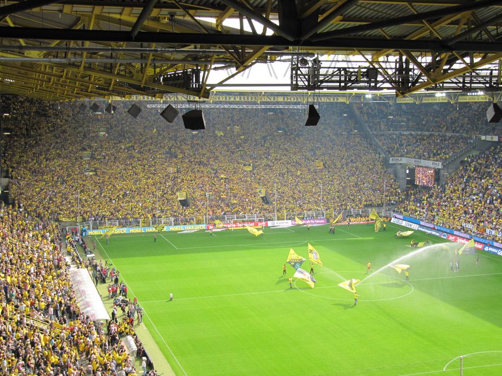 Met 82.000 Dortmund fans tegen de hekkensluiter (Foto: Edze Algera)