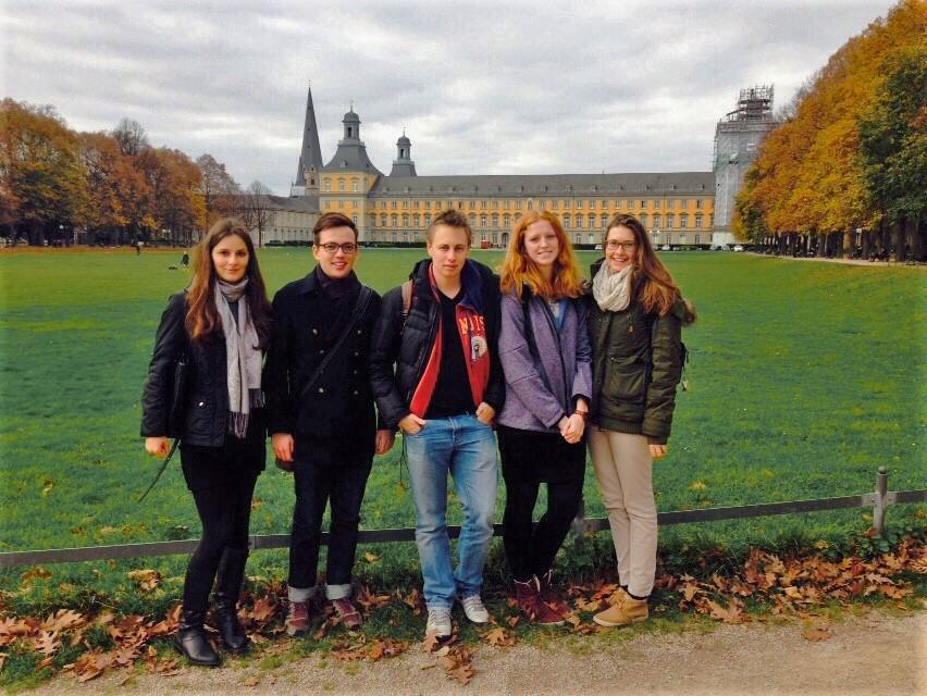 Meeke met een paar vrienden voor het hoofdgebouw van de universiteit Bonn.