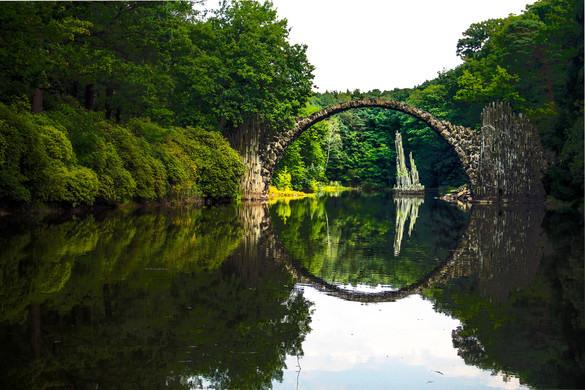"""De Rakotzbrücke, in de volksmond ook wel """"Teufelsbrücke"""" aan de Poolse grens (Foto: Angelique van Knippenberg)."""