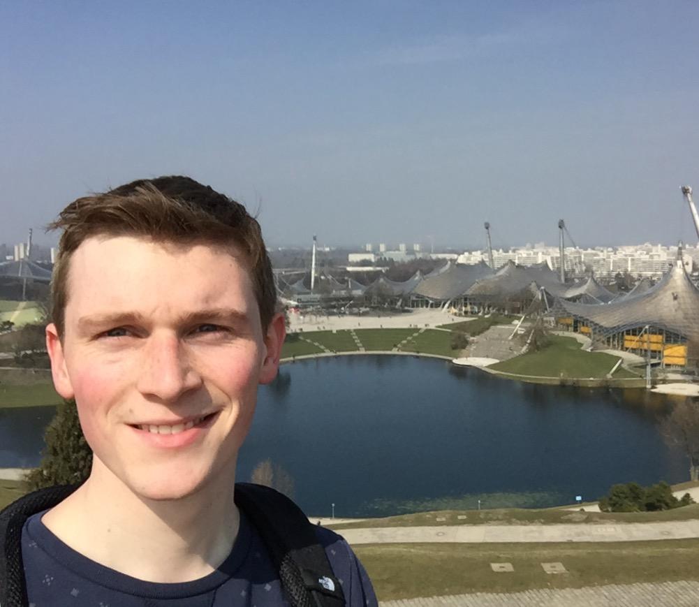 Steef voor het Olympisch Stadion in München.