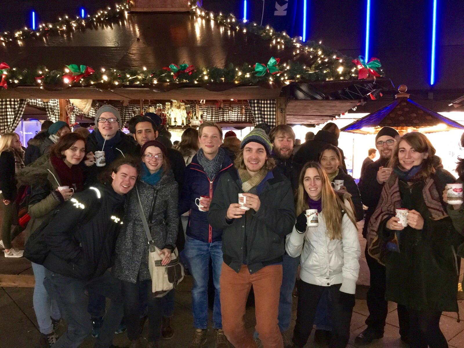 Met medestudenten op de kerstmarkt (Foto: Esther van den Berg)