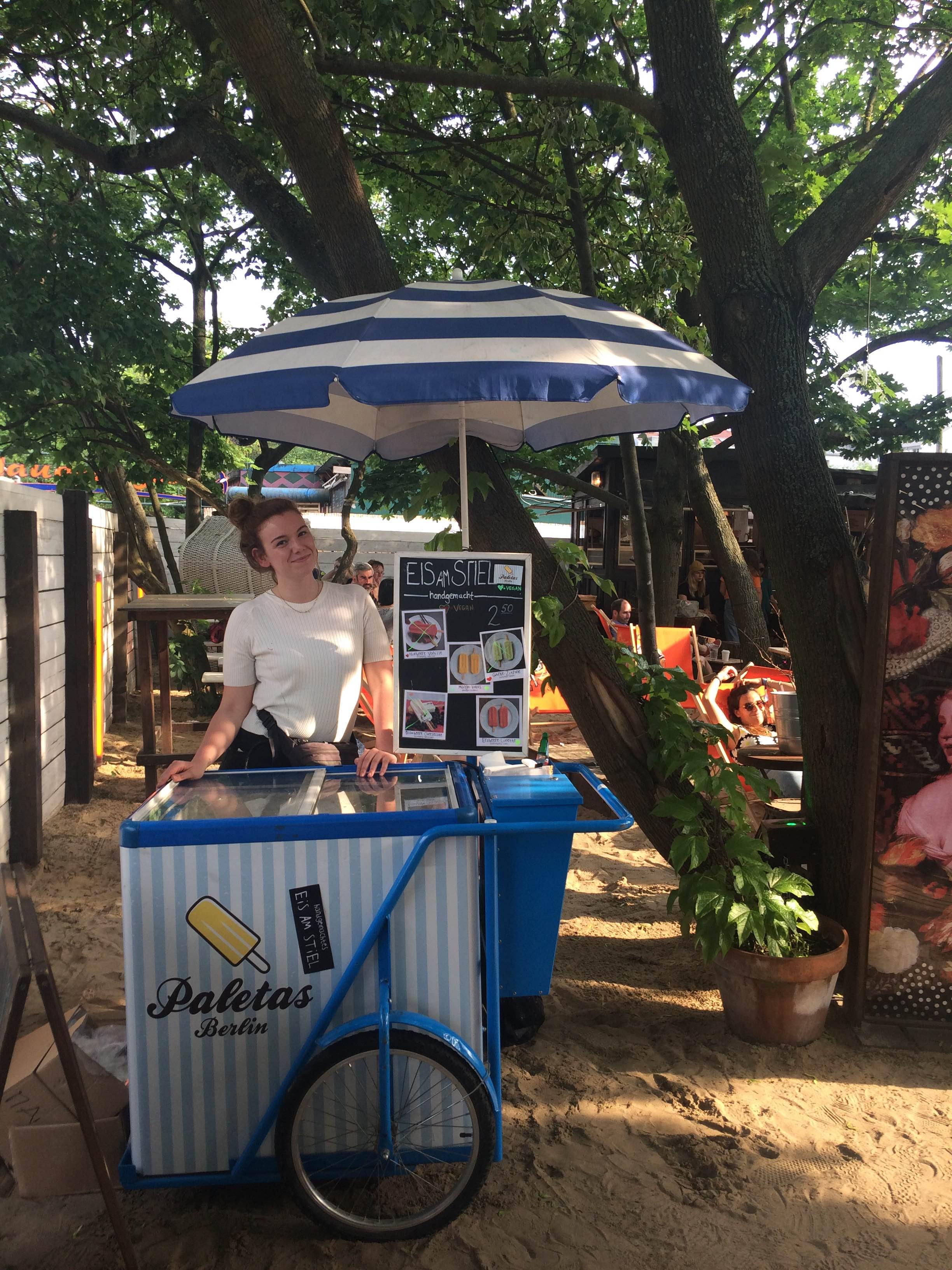 Merel met haar ijskarretje in het Mauerpark in Berlijn.
