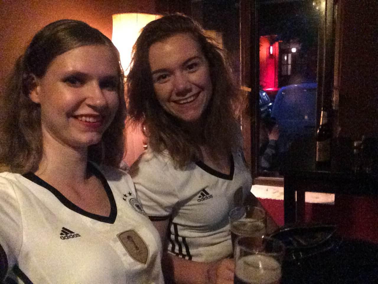 Merel support het Duitse team in Berlijn.