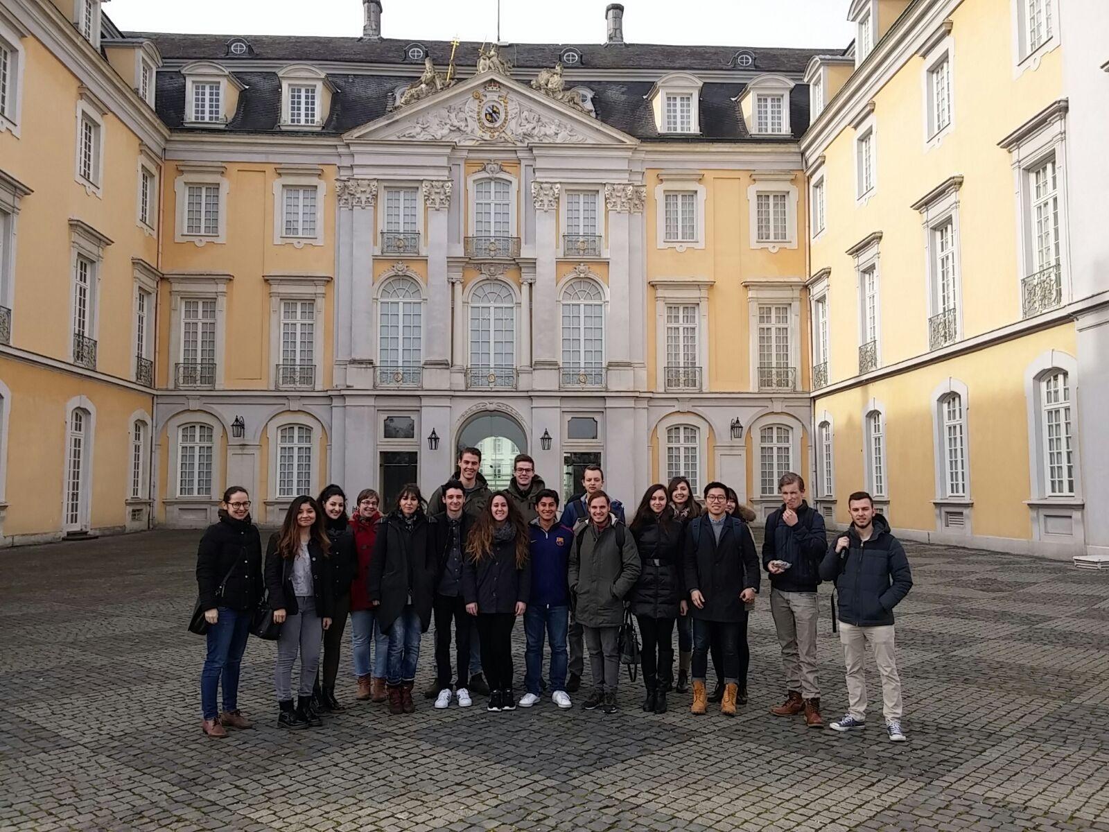 Nick en Arno met hun klas in Brühl bij Schloss Augustusburg.