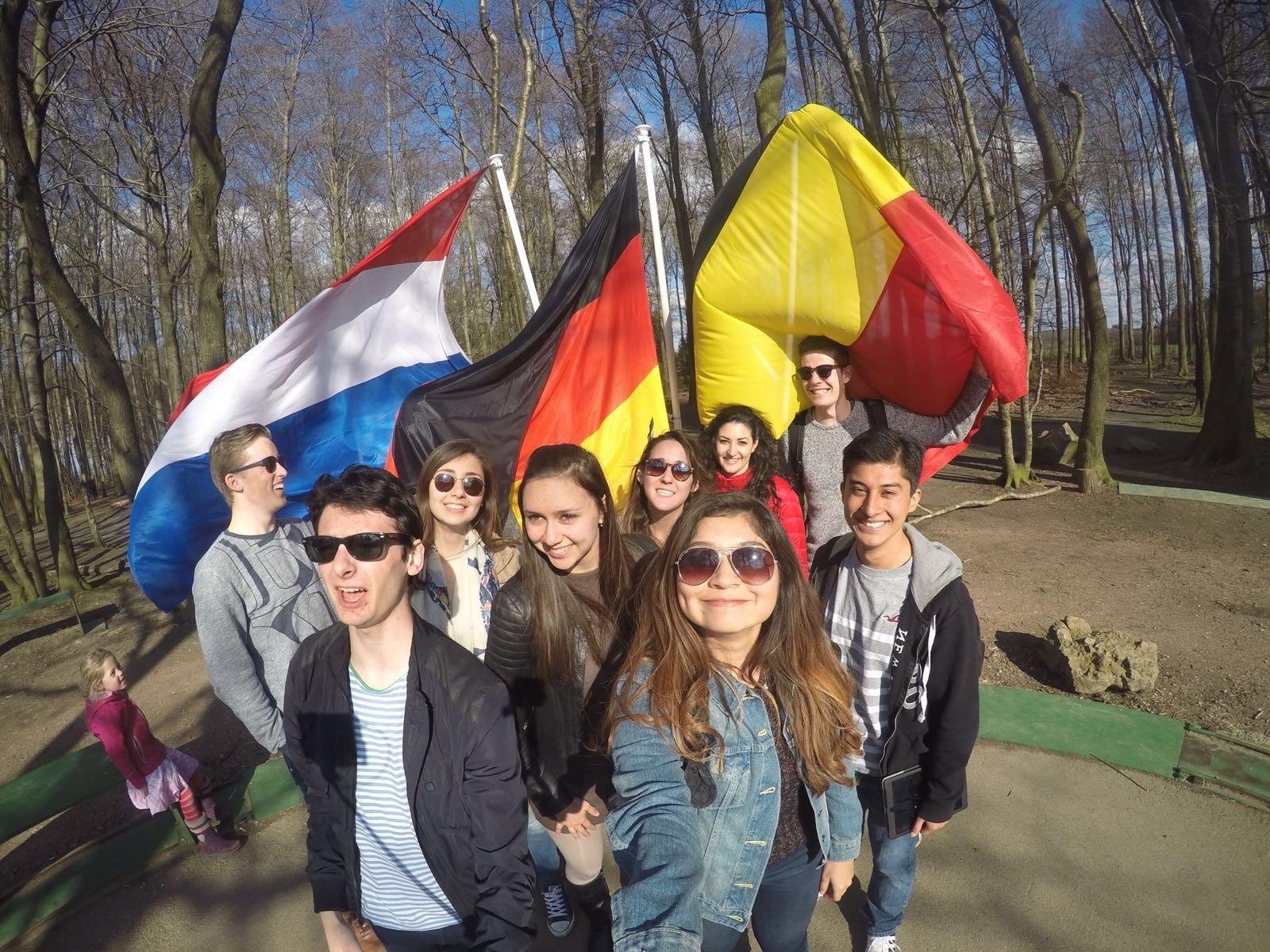 Nick en Arno tijdens een bezoekje aan het drielandenpunt met een deel van hun klas met studenten uit Frankrijk, Mexico, Turkije, Zwitserland, Italië, Rusland en Spanje.