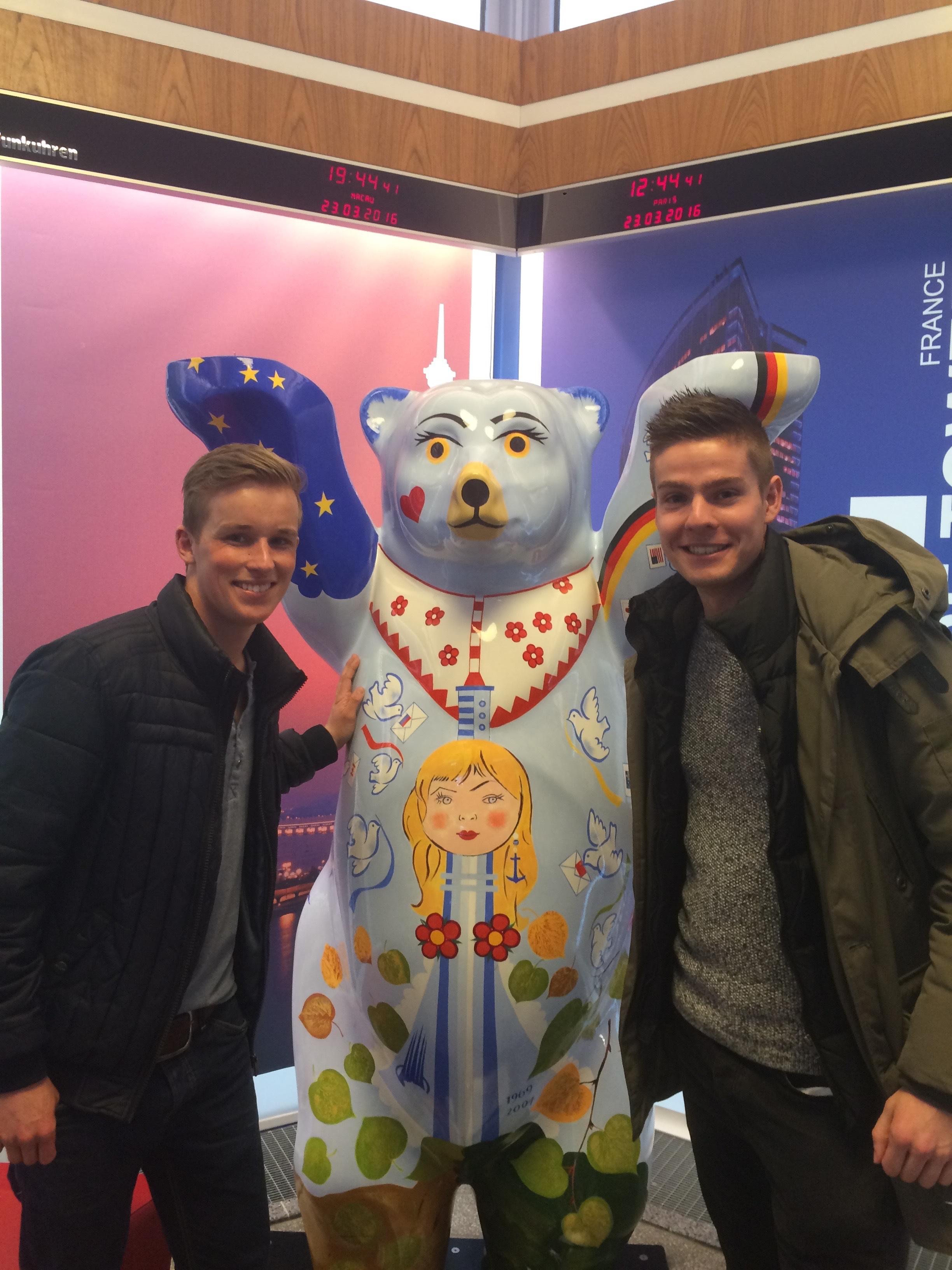 Nick en Arno tijdens hun bezoek in Berlijn met het symbool van de stad: de Berlijnse beer.