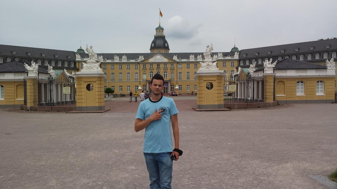 Roel voor het Karlsruher Schloss (in Karlsruhe).