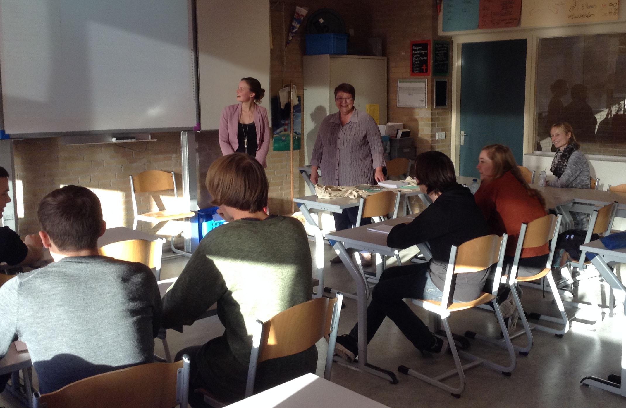 Ambassadeur Nora in actie voor de klas in Haarlem.