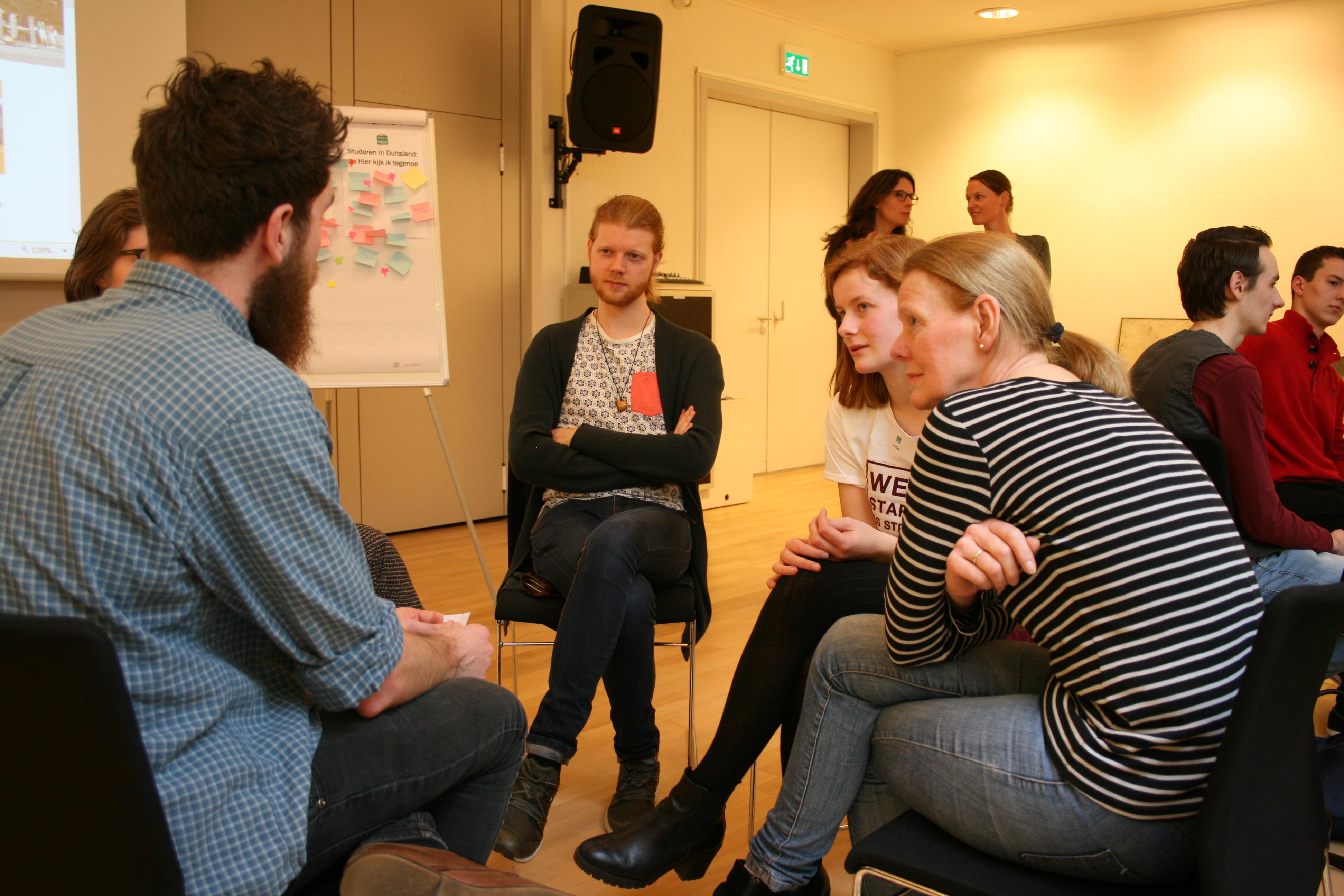 Deelnemers in gesprek met ervaringsdeskundigen tijdens onze workshop