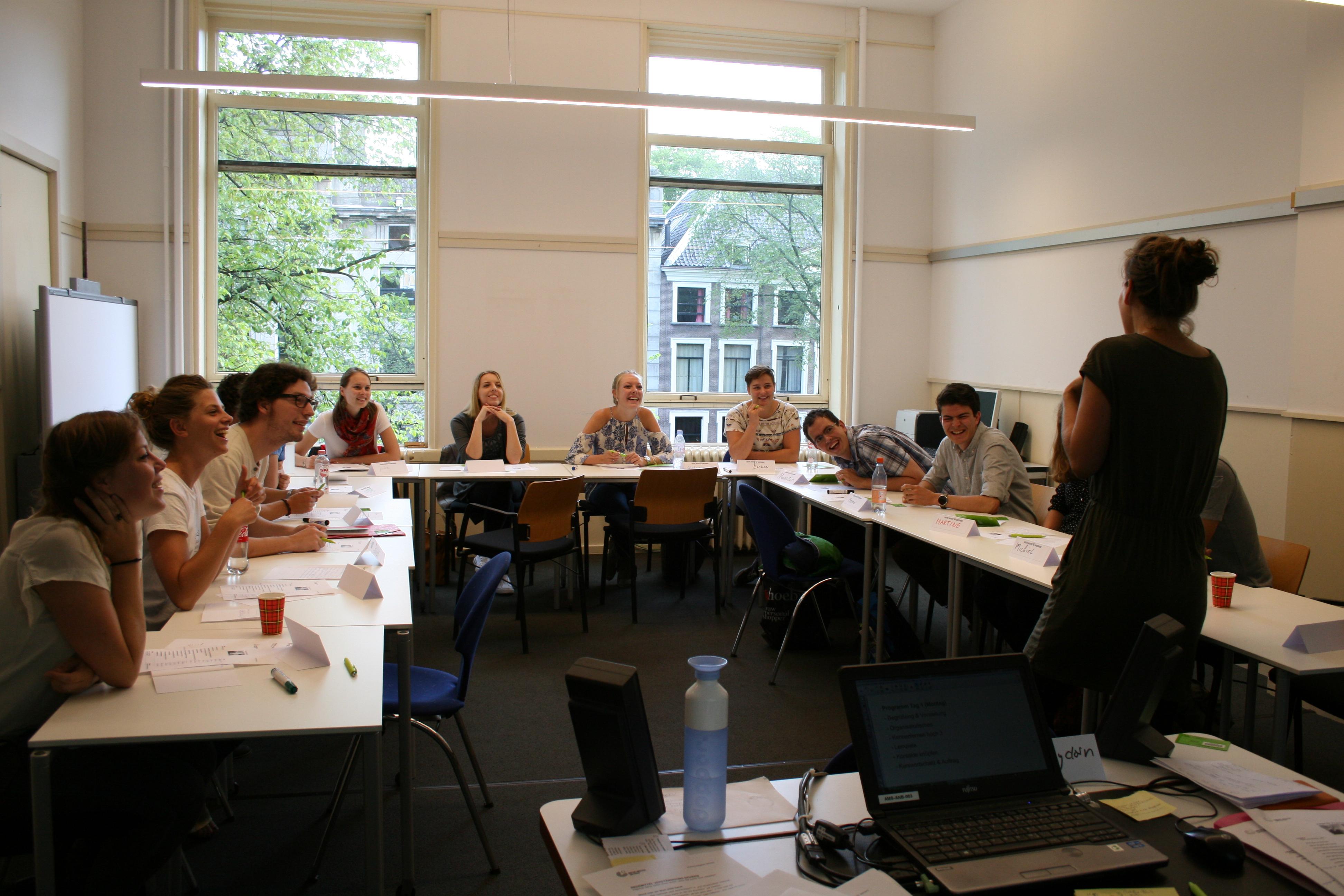 Studenten luisteren naar docente Julia Heydorn, tijdens onze zomercursus in augustus 2015.